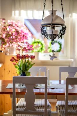 Villan för dig som vill ha fina sällskapsytor & drömt om en vacker kakelugn!