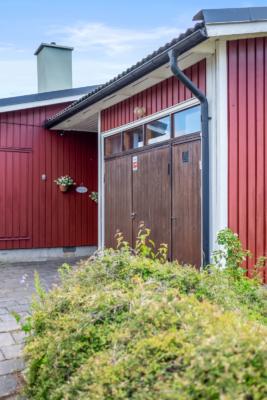 1-plansvilla att renovera. Garage. Bra läge bekvämt nära centrum, buss, pendel.