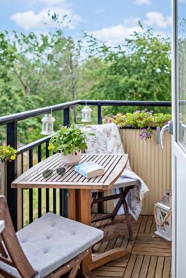 Bo mitt i stan men ändå lite lantligt, mysig lägenhet med balkong och havsglimt!