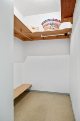 Välkommen till denna 2:a med renoveringsbehov. Stor balkong. Hiss.
