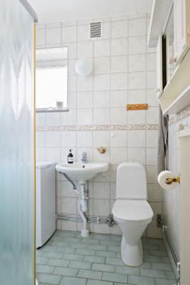 Charmig 3:a med bra planlösning! Två ingångar, inglasad balkong och två WC.