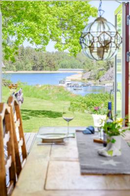 Fantastiskt läge på Ängsholmen i skyddad vik, brygga med båtplats, sandstrand.