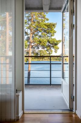 Underbar lägenhet med fantastisk havsutsikt, två balkonger, garage i huset!