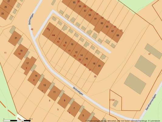 Välskött radhus med havsutsikt, garage i länga samt P-plats med elstolpe.