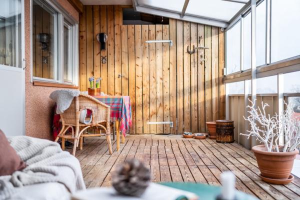 Havsutsikt från kök, sovrum& från den stora inglasade balkongen.Renoveringsbehov