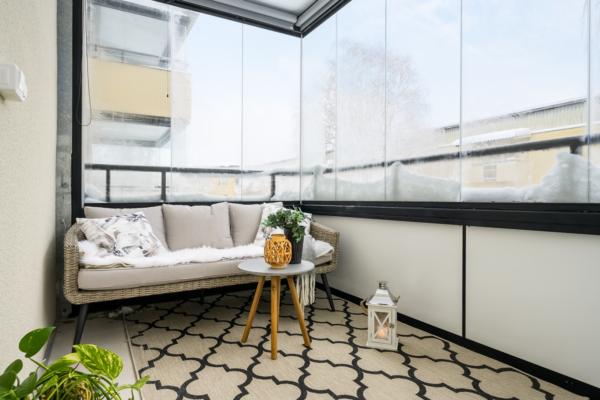 Fin 2.a med nytt kök 2017, stor inglasad balkong. Stambytet 2002