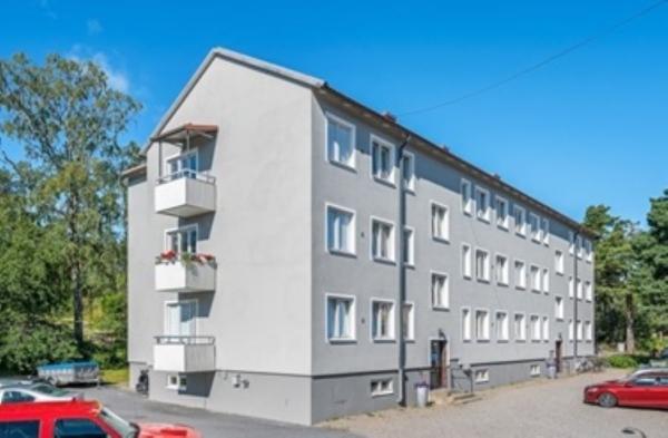 Charmig lägenhet halv trappa upp, fina trägolv och orginaldetaljer, balkong!