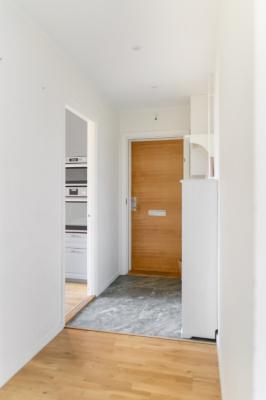 Helrenoverad 2018, påkostat kök o badrum, fina golv. Välskött förening.