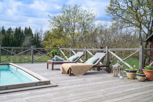 Unik lantlig dröm med charm & lyx i överflöd. Pool, bastu, vedspis & kakelugn.