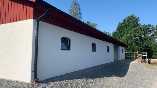 Magnifik hästgård i ståtlig herrgårdsstil med två stall och beteshagar!