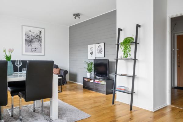 """Ombyggd """"mini-tvåa"""" med separat sovrum, nytt badrum och balkong  i kvällssolen."""