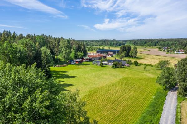 Magnifik fastighet med egenskaper av en gård, optimalt läge & ytterst välskött!